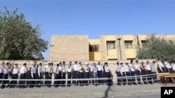 Polisi lalu lintas di wilayah Irbil, Irak, 350 kilometer utara Baghdad, terlihat antri di sebuah TPS untuk mengikuti pemilu dini untuk pasukan keamanan, Kamis (19/9).
