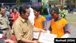 Bupati Kulonprogo, DIY, Hasto Wardoyo memberikan hadiah kambing kepada warga yang bersedia memakai metode KB vasektomi (Foto: VOA/Nurhadi)