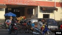 Aktivitas bisnis di pasar Solo dan di tempat-tempat lain tetap normal pasca penangkapan para pelaku teror serta ditemukannya bom rakitan dan bahan peledak (foto: VOA/Yudha Satriawan)