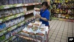 지난해 6월 베이징의 한 마트 직원이 진열대에서 중국 유제품업체 이리 산업의 영유아 분유를 수거하고 있다. 당시 이 분유에서 수은이 다량 발견돼 파문을 일으켰다.