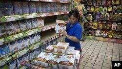 2012年6月15日北京超市一名工作人員﹐將嬰兒奶粉從貨架上回收。