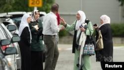 Beberapa anggota keluarga tampak di luar masjid Annur yang menjadi lokasi penembakan di Christchurch, Selandia Baru, 15 Maret 2019.