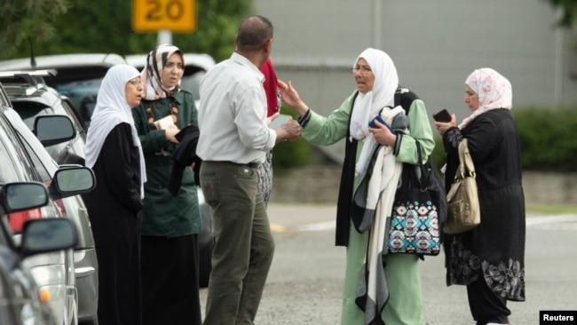Cuma namazına gelenlerin yakınları camilerin önünde toplanarak yakınlarına ulaşmaya çalıştı
