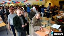 Glasanje na biračkom mestu u Madridu (Foto: Reuters/Javier Barbancho)