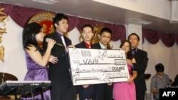 Các bạn sinh viên tại 1 buổi gây quỹ từ thiện của Liên hội Sinh viên Việt Nam Mid-Atlantic