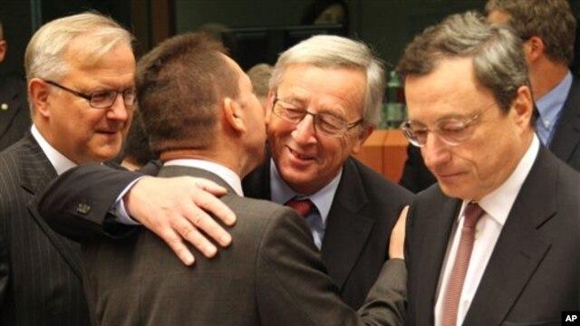 12일 그리스 재정 상황 평가를 위해 벨기에 브뤠셀에 모인 유로존 외무장관들. 장 클로드 융커 유럽연합 의장(오른쪽 두번째)이 야니스 스투르나라스 그리스 재무장관(왼쪽 두번째)과 포옹하고 있다.