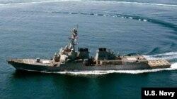 10月27日驶入中国在有争议的斯普拉特利群岛(中国称南沙群岛)修建的人造岛礁12海里之内的美国海军拉森号驱逐舰