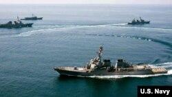 Kapal perusak AS, USS Lassen yang dilengkapi peluru kendali berlayar di dekat pulau karang yang dibangun China (foto: dok).