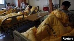 Hsu Bi-chi and her sons Chang Chun-po and Chang Chun-jung (L-R) rest at a hospital after an earthquake hit Tainan, southern Taiwan, Feb. 8, 2016.