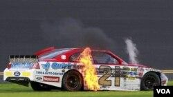 El Ford de Trevor Bayne estuvo en llamas durante los entrenamientos, pero a la hora de la carrera fue el mejor en las 500 millas de Daytona.