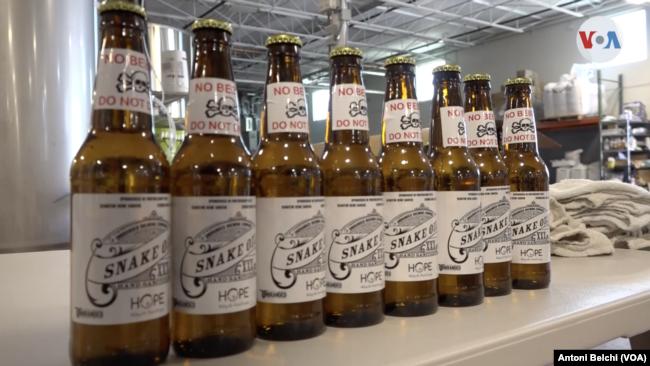 """Muestra de las botellas de cerveza """"Unbranded"""" que ahora contienen alcohol sanitizante."""