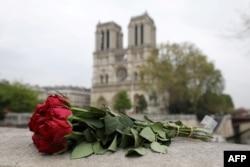 2019年4月16日,巴黎市中心,有人把玫瑰花放在巴黎圣母院附近。