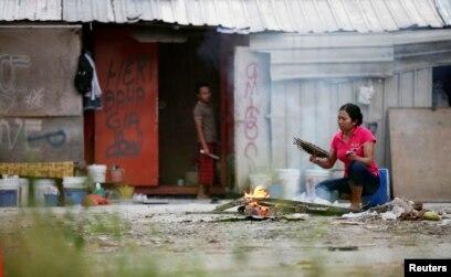 Para pekerja migran dari Indonesia di luar gubuk mereka di Kuala Lumpur, Malaysia, 19 Juni 2011. (Foto: Reuters)