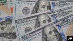 Arhiva - Novčacine od 100 dolara sa likom Benjamina Frenklina fotografisane u Dalasu, Teksas, 22. januara 2020.