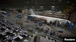 美国华盛顿州波音公司组装线上的一架787客机