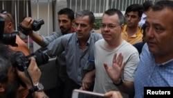 터키에서 지난 2016년 군부 쿠데타를 도운 혐의로 구속된 미국인 목사 앤드루 브런슨 씨가 지난 25일 이즈미르 구치소에서 풀려나 가택 연금 상태에 들어갔다.