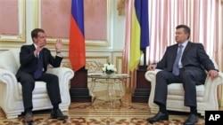 Presiden Ukraina Viktor Yanukovych (kanan) bersama Perdana Menteri Rusia dalam pertemuan di Kiev, Ukraina (foto: dok).
