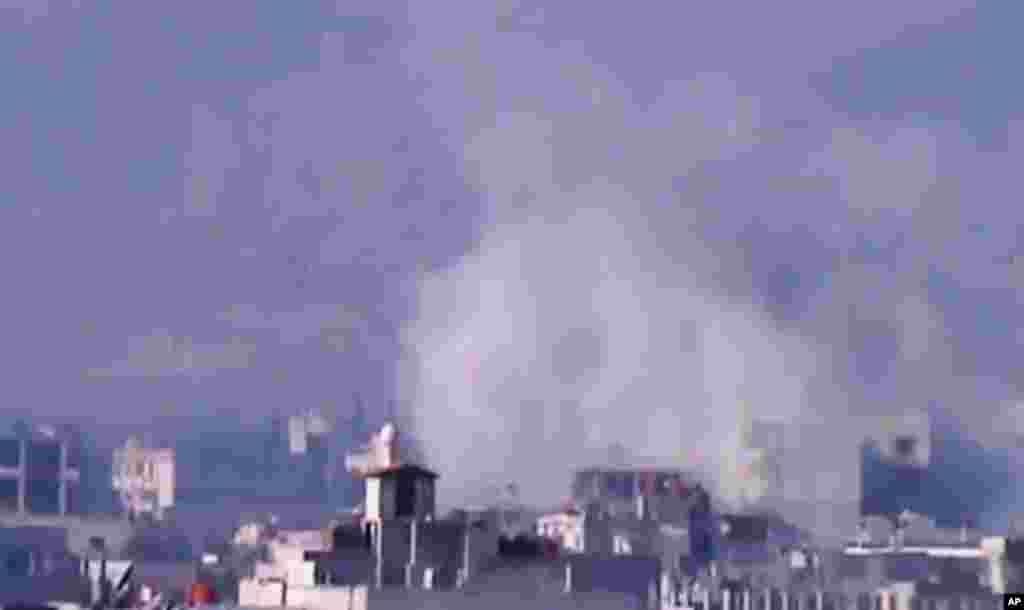 2일 공습으로 연기가 쏫는 다마스쿠스 외곽 도시. 샴뉴스네트워크 제공 영상 캡쳐.