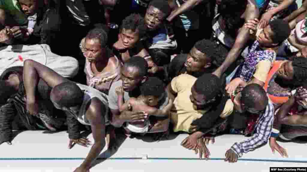 Des migrants embarqués dans un canoë gonflable tente de traverser la Méditerranée. La plupart disent avoir suivi une rumeur selon laquelle les migrants se faisaient hebdomadairement distribuer £36,95 en Grande-Bretagne.
