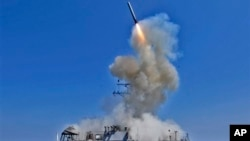 在利比亚战争中美军巴里号驱逐舰上发射巡航导弹,巴里号目前部署在叙利亚附近海面。