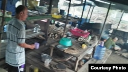 Lán trại nơi các ngư phủ Việt nấu ăn trong trại giam ở Natura, Indonesia. Ảnh Nguyễn Văn Vĩ