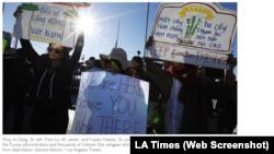 Người biểu tình ở Little Sagon, California, giương biểu ngữ phản đối chính sách của chính phủ Mỹ trục xuất hàng ngàn người tị nạn về Việt Nam (ành chụp từ màn hình của báo Los Angeles Times ngày 15/12/2018)