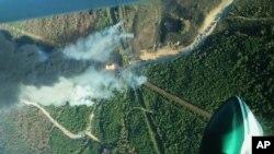 Vue depuis un hélicoptère de l'explosion d'un oléoduc, le 31 octobre 2016, à Helena, Alabama. (Phil Montgomery/Alabama Forestry Commission via AP)
