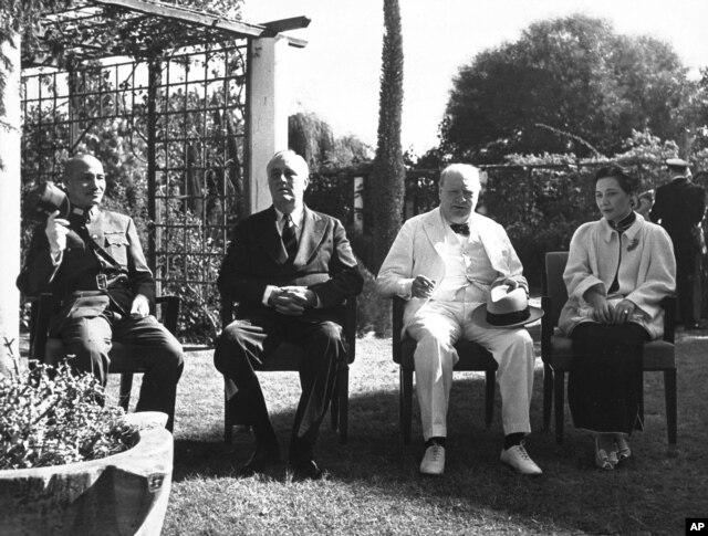 开罗会议上的丘吉尔。开罗会议与会国领导人:(左起)中国的蒋介石委员长、美国总统罗斯福、英国首相丘吉尔。右侧是蒋介石夫人宋美龄(1943年11月25日)