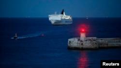 Ce bateau évacue des migrants bangladeshis de la Libye à la Valette, le 29 mars 2011.