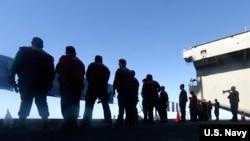 美国海军罗斯福号航空母舰的水兵在甲板上进行武器训练(美国海军2020年3月22日)