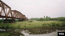 Железнодорожный мост через реку Ингури, естественная граница между Грузией и Абхазией