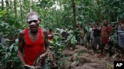 Njikali, pygmée, conduit une cérémonie marquant le passage d'un camp de chasse à un autre dans les terrains de chasse traditionnels de sa famille à l'intérieur de la Réserve de faune à okapis cérémonie, à l'extérieur la ville de Epulu, RD Congo.