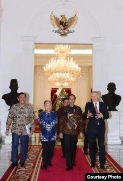 Presiden Joko Widodo didampingi oleh Menko Maritim dan Investasi Luhut Binsar Pandjaitan bertemu dengan Tony Blair dan Masayoshi Son di Istana Merdeka , Jakarta, Jumat, 28 Februari 2020. (Biro Setpres)