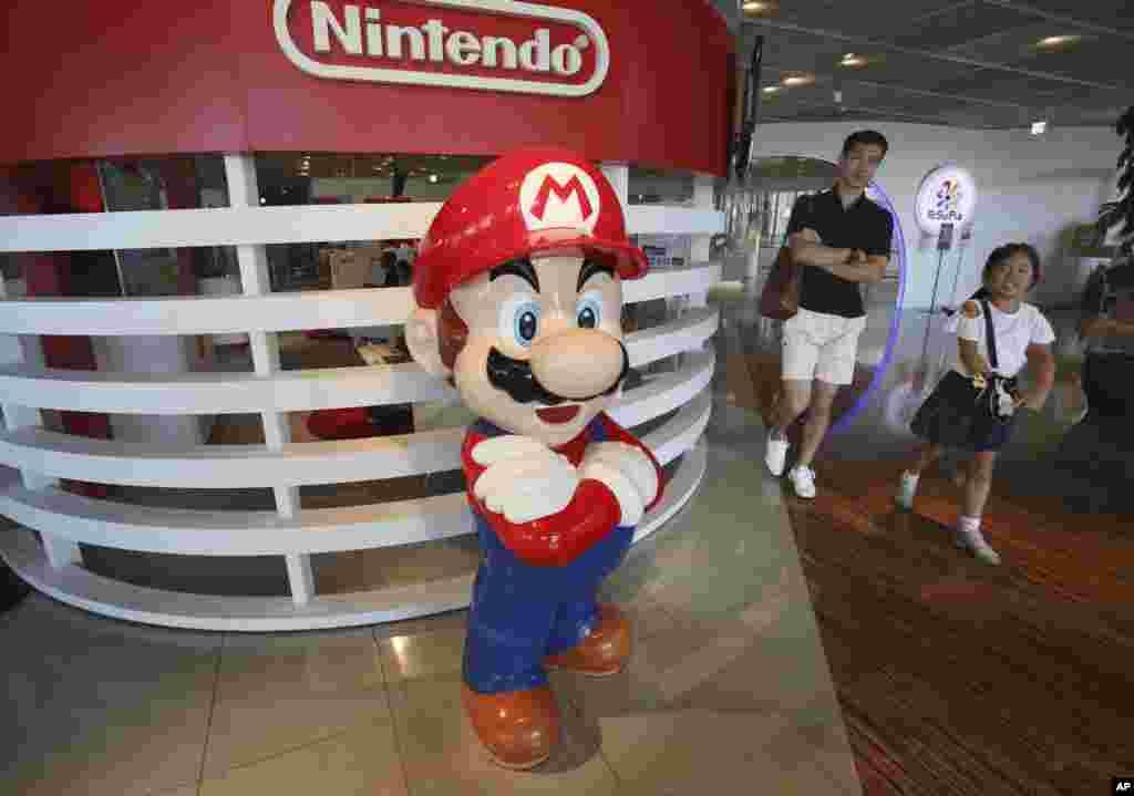 نماد «سوپر ماریو» در توکیو. شرکت ژاپنی بازی های کامپیوتری نینتندو می گوید نگران سود خود در بازار بازی های کامپیوتری است.