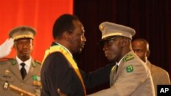 Presiden sementara Mali, Dioncounda Traore (tengah) mendapat ucapan selamat dari pemimpin kudeta Amadou Haya Sanogo, usai pelantikan di Bamako (12/4)
