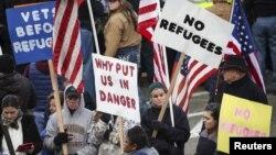 Người dân tụ tập phản đối việc chấp nhận người tị nạn Syria tại Olympia, bang Washington, ngày 20/11/2015.