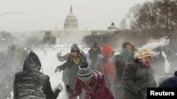 Warga bermain salju saat cuaca dingin melanda Washington DC Maret tahun lalu (foto: dok).