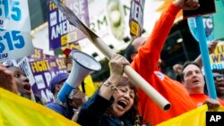 En la Gran Manzana también se hicieron escuchar las voces de cientos de trabajadores que exigen un salario mínimo de $ 15 dólares por hora.