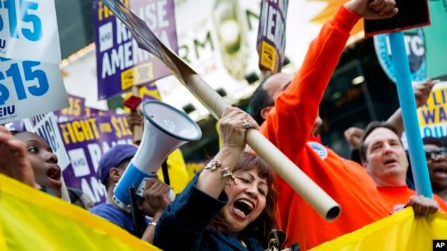 En la Gran Manzana tambi�n se hicieron escuchar las voces de cientos de trabajadores que exigen un salario m�nimo de $ 15 d�lares por hora.