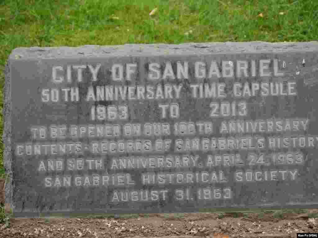 1963年的紀念石碑(美國之音國符拍攝)