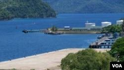 Pengembangan infrastruktur Pelabuhan Sabang sebagai pintu masuk investasi dan perdangan menjadi salah satu prioritas pemerintah. (VOA/Budi Nahaba)
