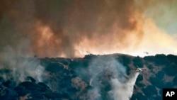 1일 로스앤젤레스 인근 방송사· 대형 스튜디오 밀집지역인 버뱅크에서 터헝가 방향으로 촬영한 산불 진압 현장. 짙은 연기가 피어오르는 인근 주택가에 소개령이 내려진 가운데, 막대한 피해가 발생한 것으로 보도됐다.