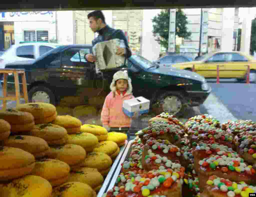 شهسوار- نگاه حسرتبار کودک کار به ویترین شیرینی فروشی عکس: بهزاد یوسفی (ارسالی شما)