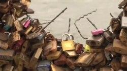 برای پیشگیری از خطر فروریزی، صدها قفل از پل عشاق پاریس برداشته شد