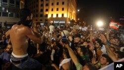 Hàng ngàn người đổ ra một quảng trường chính tại trung tâm Beirut, vẫy cờ Libăng và hô to các khẩu hiệu chống chính phủ.