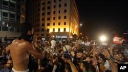 Demonstran anti pemerintah menyerukan slogan-slogan selama demo di tengah kota Beirut, 29 Agustus 2015.