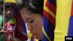 Seorang pelajar Tibet berdoa dalam sebuah pawai di New Delhi, India, yang menuntut ,mundurnya tentara Tiongkok dari biara Kirti di Tibet (19/4).