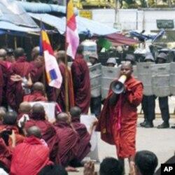 缅甸僧侣与军警对峙