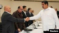 El presidente Nicolás Maduro saluda al opositor Jesús Torrealba, durante la reunión que tuvo lugar el domingo 30 de octubre.