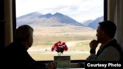 布蘭斯塔德大使在前往拉薩的列車上觀賞窗外景色。
